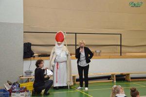 Dr. Petra Mohr, der Nikolaus und Alice Habermeier verteilen die Geschenke an die erfolgreichen Gymnastinnen.