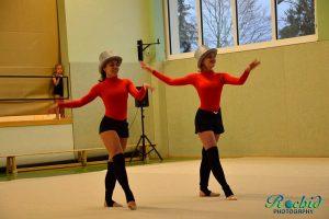 Anna und Lena begeistern das Publikum mit ihrer eigenen Choreographie.
