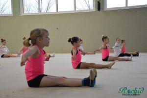 Darbietung der Nachwuchsgymnastinnen mit viel Körperspannung.